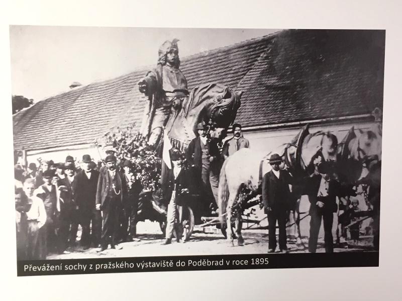 Stěhování jezdecké sochy Jiřího z Poděbrad